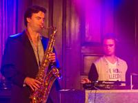 Live House Collective, DJ met Saxofonist, Saxofoon, Sax, Percussie, Percussionist, Zangeres en MC. Creëer uw eigen unieke show!