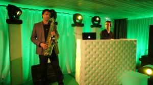 Dj met saxofonist tijdens 50 jarig jubileum TVM in Theater de Tamboer, Hoogeveen